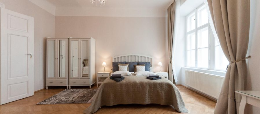 Allegro: Comfortable Baroque bedroom with king-sized bed